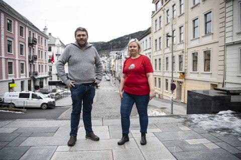 Ole Valaker, festivalsjef for Bergen Spillfestival, og Kristine Eide, frivilligkoordinator, er spent på fremtiden til festivalen etter at kommunens tilskudd atter en gang har minsket.