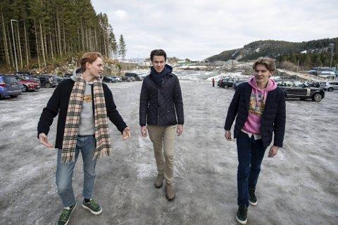 Moritz Martens, Philip Steen og Thor Normann Selvik, er bekymret for hvordan russetiden vil bli uten et fast oppholdssted. Her er de på parkeringsplassen ved Hordnesskogen.