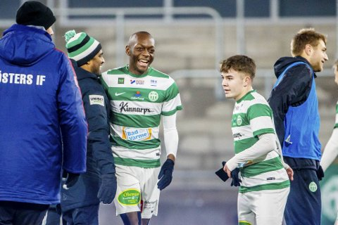 Her står Branns nykommer Moonga Simba sammen med Västerås sinassistenttrener Kalle Karlsson (med lue). Det er en av personene 20-åringen kan takke etter at han nå er blitt Brann-spiller.