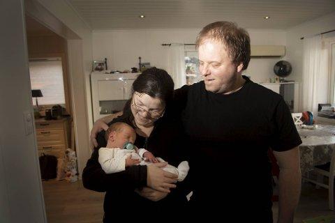 Hjemmefødselen på Vaksdal var alt annet enn planlagt. – Jeg var redd da det sto på, sier Linda Hellesøe Bolstad. Her med ektemannen Jan Bolstad (34) og sønnen Johann Bolstad (0).