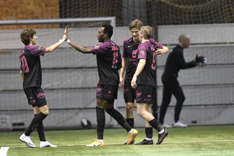 Niklas Jensen Wassberg (t.v.) scoret 1-0-målet, og og gratuleres av Daouda Bamba som scoret 2-0 i en kamp med mye positivt fra Brann.