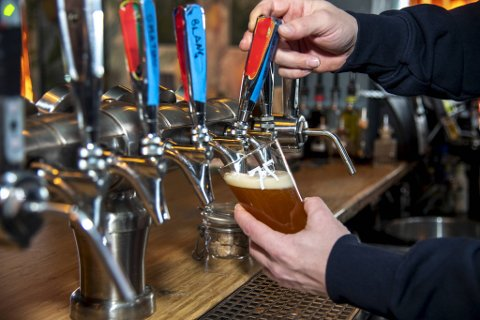 Fra mandag kan utesteder og spisesteder i Bergen igjen servere alkohol . Men fra tirsdag må de slutte å skjenke klokken 2200.