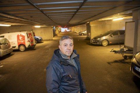 Jose Cavero har bilen sin parkert i fellesgarasjen. Den er nå på verksted etter innbruddet.