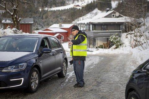 På travle vinterdager står Terje Riple og dirigerer trafikken inn på parkeringsplassen. Kundene får da beskjed om å forhåndsbetale.