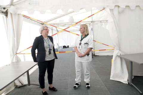 Samfunnsmedisinske beredskapsvakt i kommunen, Brita Øygard (t.v.) og legevaktsjef Dagrun Linchausen synes det er gledelig med lave smittetall.
