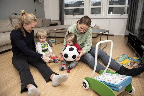 Arna-Bjørnar har hentet nødvendig rutine i spissen Mia Jalkerud (t.v.) (31) og keeper                                                           Guðbjörg Gunnarsdóttir (35). Her med barna William og Oliva.
