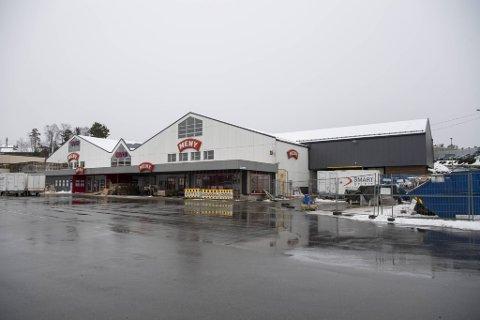 Menybutikken i Industriveien i Bjørnafjorden kommune skulle åpne torsdag denne uken. Men koronasmitte har utsatt åpningen i to uker.
