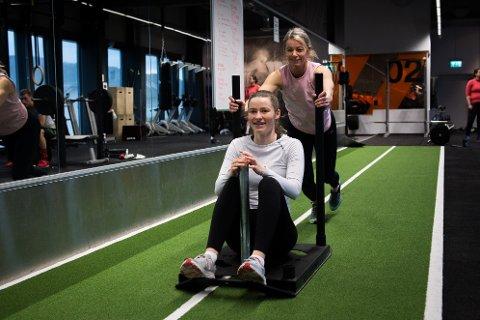 Mor og datter Anneli (bakerst) og Helene Andvik er jublende fornøyd med at treningssentrene nå er åpen igjen. For det handler ikke bare om vekt og fysikk. – Det er sååå deilig å se folk!