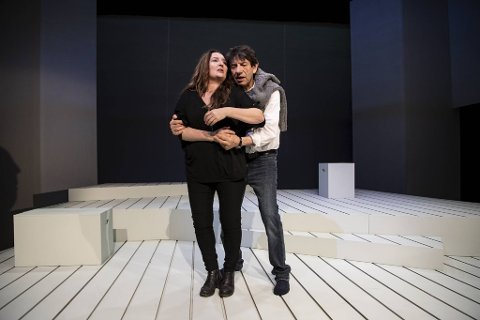 Ragnhild Gudbrandsen og Helge Jordal har lengtet etter å få vise frem stykket «Svar på brev frå Helga». Etter mye om og men, får de endelig spille det på Det Vestnorske Teateret.