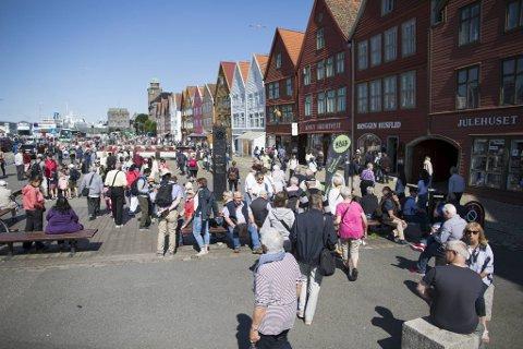 Fremtidsutsiktene for reiselivet i Bergen er usikre til tross for fersk nødhjelp fra staten. Turistene fra Asia og USA vil neppe vende tilbake hit før i 2022, tror reiselivsoperatørene.