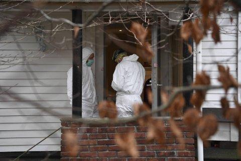 Tirsdag ettermiddag jobbet politiets krimteknikere i leiligheten.