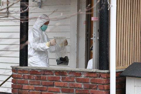 Krimteknikere var på stedet og jobbet tirsdag ettermiddag, i leiligheten hvor det hadde oppstått brann og bråk i 01-tiden natt til tirsdag.