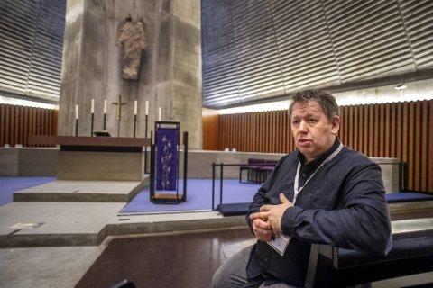 Bergfinn Sørlie er diakon i Slettebakken kirke. Han fikk selv korona, og bare noen måneder sendere fikk moren det. Hun døde av viruset i november.