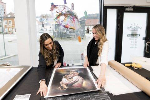 Hanne og Andrea Drivenes satte i gang «Kunst mot kreft» i februar og har allerede fått en enorm respons. Her er søstrene med et av bildene som har blitt donert, «Katten og gutten» av R.C.