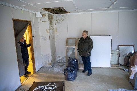 I et av rommene i en av de gamle brakkene på Espeland fangeleir kan man tydelig se råteskaden i taket og på vegger. – Dette må gjøres noe med, og det snarest, sier styreleder i Stiftelsen Espeland Fangeleir, Ole Johan Hauge (til høyre).