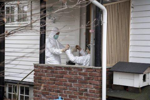 Tirsdag gjorde politiet kriminaltekniske undersøkelser i boligen.