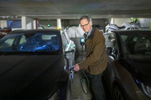 Fra 1. januar er borettslag pliktige å tilrettelegge for lading av el-bil. Georgernes verft har akkurat ferdigmontert sitt nye anlegg. – Deilig å alltid ha fullt batteri når jeg kjører hjemmefra, sier Ola Myklebost.