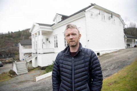 Per Erik Myking sluttet i shippingbransjen for å drive det 160 år gamle familiehotellet Fjordslottet. Så kom koronakrisen. Nå er han avhengig av bankens og norske turisters velvilje for å unngå konkurs.