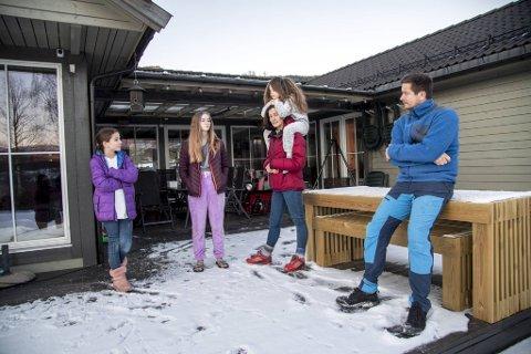 Magnhild Grønningsæter og familien bor i Ulvik. Tre av de fire barna er i karantene etter at det ble bekreftet smitte på Brakanes barne- og ungdomsskole. F.v. Julie (10), Martine (13), Estelle (6) og pappa Jostein Thorsen. 15-åringen Madelen er ikke med på bildet.