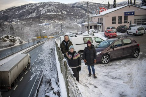 – Vi ønsker ikkje at ein skal fortsette å rasere Eidsvåg ved å teppebombe med nye vegsystem, seier Lars Riis Ellingsen. Her saman med Heidi Sund (t.v) og Rakel Blaalid.
