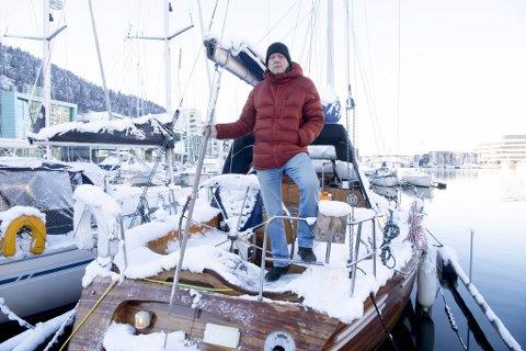 Den 41 fot store skuten er av tre. Nå er den pakket inn av is og snø. Chris Tvedt storkoser seg i båten, der han bor sammen med samboeren Elisabeth Gulbrandsen. De solgte leiligheten på Landås og flyttet hit i april i fjor. Nå bor de her sammen med et hundretalls andre «båtboere».