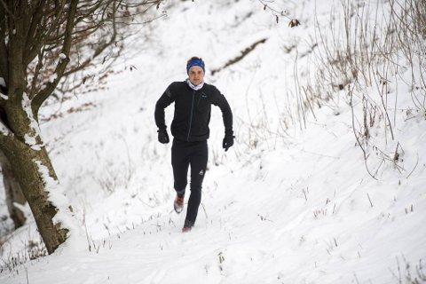 Ved hjelp av pulsklokke, GPS og treningsapp tryller langløperen Anders Johnny Kjærevik frem storslåtte kartbilder. Han liker seg best i ulendt terreng der han kan løpe uforstyrret i timevis.