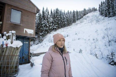 Den gjengrodde kulekjøringsbakken i Bavallen symboliserer sportens situasjon i Norge. – Det er vanskelig å vite grunnen til at det har blitt sånn. Vi synes jo ikke kulekjøring er en døll sport, sier Kari Traa.