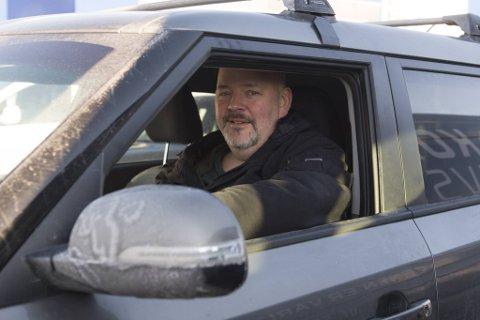 – Dersom myndighetene ønsker å fjerne bensin- og dieselbiler må de prioritere å bygge mange flere ladestasjoner, sier el-bileier Tore Hansen. Her venter han utålmodig på lading utenfor Ikea i Åsane.