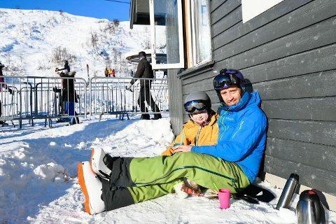 Kenneth Gjerde og sønnen Sverre (8) koser seg i solen mens de nyter perfekt skivær og kakao i Eikedalen skisenter.