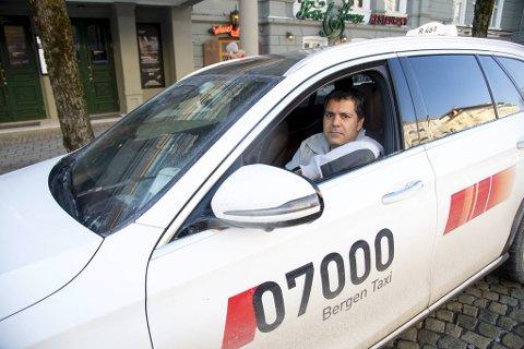 Cengiz Koyuncu har sittet i over en time på drosjeholdeplassen uten å få en eneste tur. Han er ikke optmistisk med tanke på våren og nye strenge tiltak.