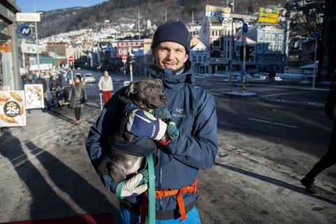 Vegard Rosenvinge og hunden Pelle på tur i sentrum søndag. Han mener tiltakene som nå kommer er nødvendige.