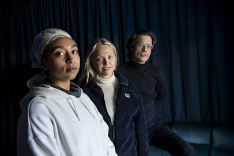 Artistene Shikoswe, Vilde Tuv og billedkunstner og forfatter Håkon Hoffart har flyttet inn i nytt studio på Bergen Kjøtt. Her skal trioen drive plateselskap, produsere kunst og musikk.
