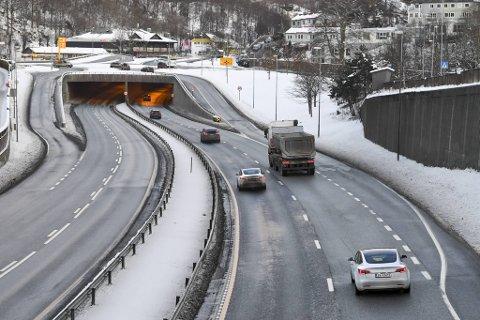 På Fjøsangerveien og Sjølinjen var det noen biler tirsdag morgen, men ingenting sammenlignet med vanlig morgentrafikk.