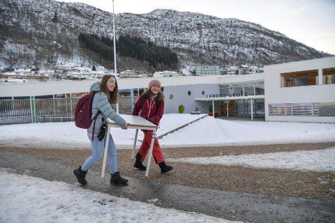 6. klassingene Anne Sofie Wolter og Zoé Brajard måtte bære pultene de skal bruke denne uken selv.
