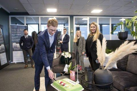 Her feirer de ettårsdagen med kakefest på kontoret. (Foran f.v.) daglig leder Robert Stokkeland Jensen skjærer bløtkaken, mens (bak f.v.) Andreas Olsen, Ole Martin Lorentsen, Amanda Ask Grahl-Madsen og Karoline Fredheim Nilssen følger med.