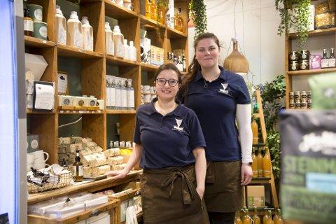 I lokalbutikken Bellevuebakken Landhandleri jobber Valentina Venturini og Emilie Benedikte Bjørsvik. En spennende hverdag for de to jentene som stortrives i jobben sin.