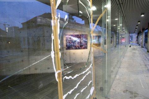 Mandag kveld var vinduene i Grieghallen midlertidig sikret etter hærverket.