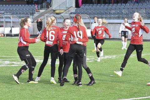 Arna-Bjørnar J14-lag jubler etter en scoring under Sandvikens jentecup i 2019. Det var sist gang turneringen ble gjennomført.