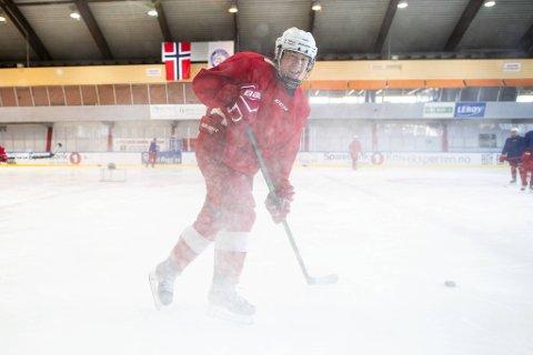 Axel Brattshaug Fransson demonstrer skills på isen til ære for fotografen fra BA.
