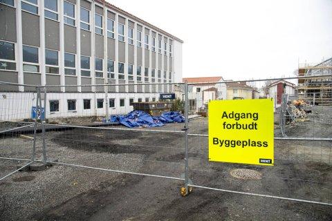 Denne byggeplassen på Kronstad er en av fire som er rammet av smitteutbrudd i Bergen hittil i år. Nå trapper helsemyndighetene opp informasjonsarbeidet mot denne delen av arbeidslivet.