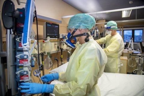 Intensivsykepleier Lise Eide Hansen og overlege ved intensivavdelingen Jon Thorsen har tilbragt mange timer i fullt smittevernutstyr det siste året.