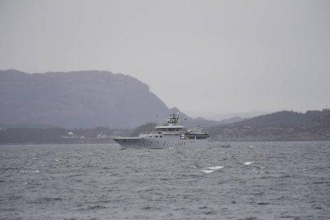 Kystvakten deltar i redningsaksjonen, og har tilgang til miniubåt.