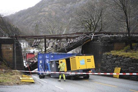 Et vogntog som var lastet for høyt kolliderte med den gamle jernbanebroen over Hardangervegen.  Transportselskapet risikerer millionregning etter ulykken.
