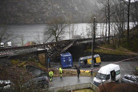 Broen fikk store skader etter at en lastebil kjørte inn i den.