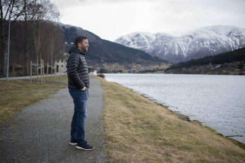 Ordfører Hans Petter Thorbjørnsen (Ap) kikker utover Hardangerfjorden. For ikke lenge siden var hele bygden nedstengt da det britiske mutantviruset herjet.