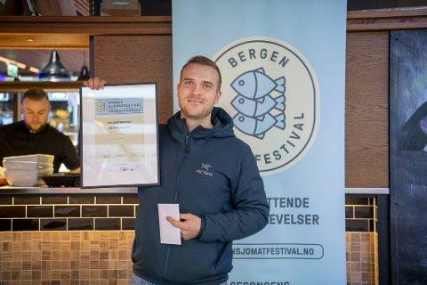 Vestlandsmesteren Eirik Lundestakk av med førstepremien, et diplom og et gavekort på 2000 kroner. – Gavekortet skal jeg bruke sammen med familien her på Fjellskål.