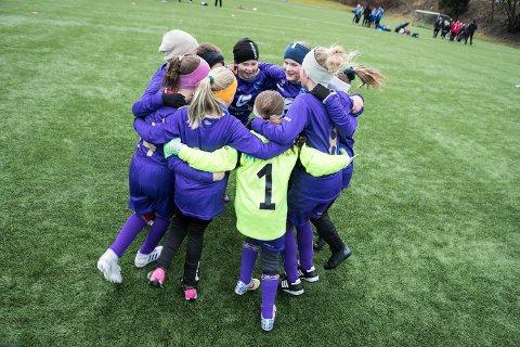 Shalala, synger Fyllingsdalens 2010-jenter i en seiersdans etter at første kamp i Sandviken Lerøy Cup var unnagjort.
