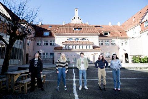 Frida (15), Mia McCarthy (15), Johannes Hagesæter (15) og Kira Sofie Haakonsen (15) og Mira Bjørø (15) var endelig tilbake på skolen etter koronautbrudd på Rothaugen skole.