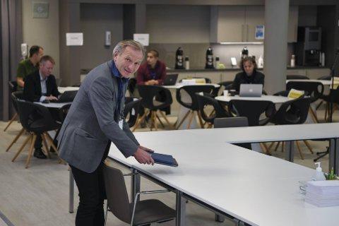 Sykehusdirektør, Eivind Hansen, sier at en stiller opp for hverandre dersom situasjonen rundt koronainnleggelser blir for store i de andre helseforetakene utover egen region.