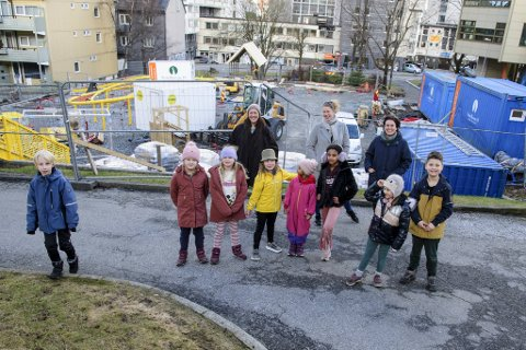 Naboene gleder seg til den nye lekeplassen ved Solheimsgaten åpner.  Bak fra venstre: Silje Sandnes, Monica Berge og Margrethe Norheim. Foran: Mikkel (9), Ruby (8), Erica (8), Tilde (8), Minja (5), Sesa (9), Martha (6) og Emmet (7).